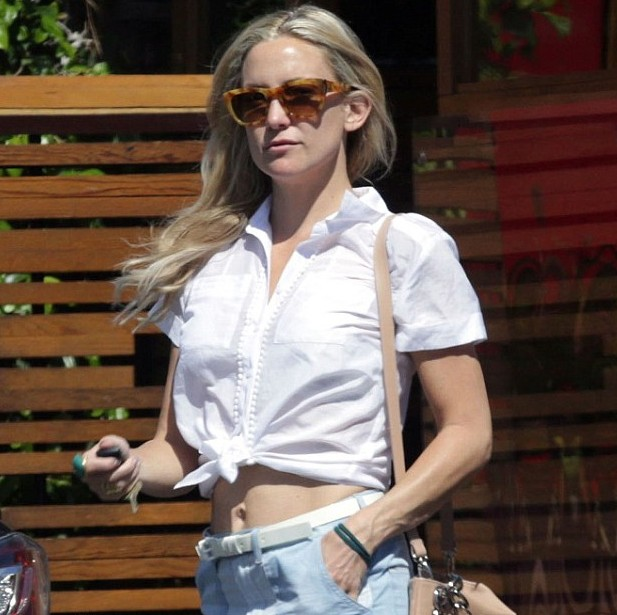 Kate Hudson shows off toned abs in a knotted shirt