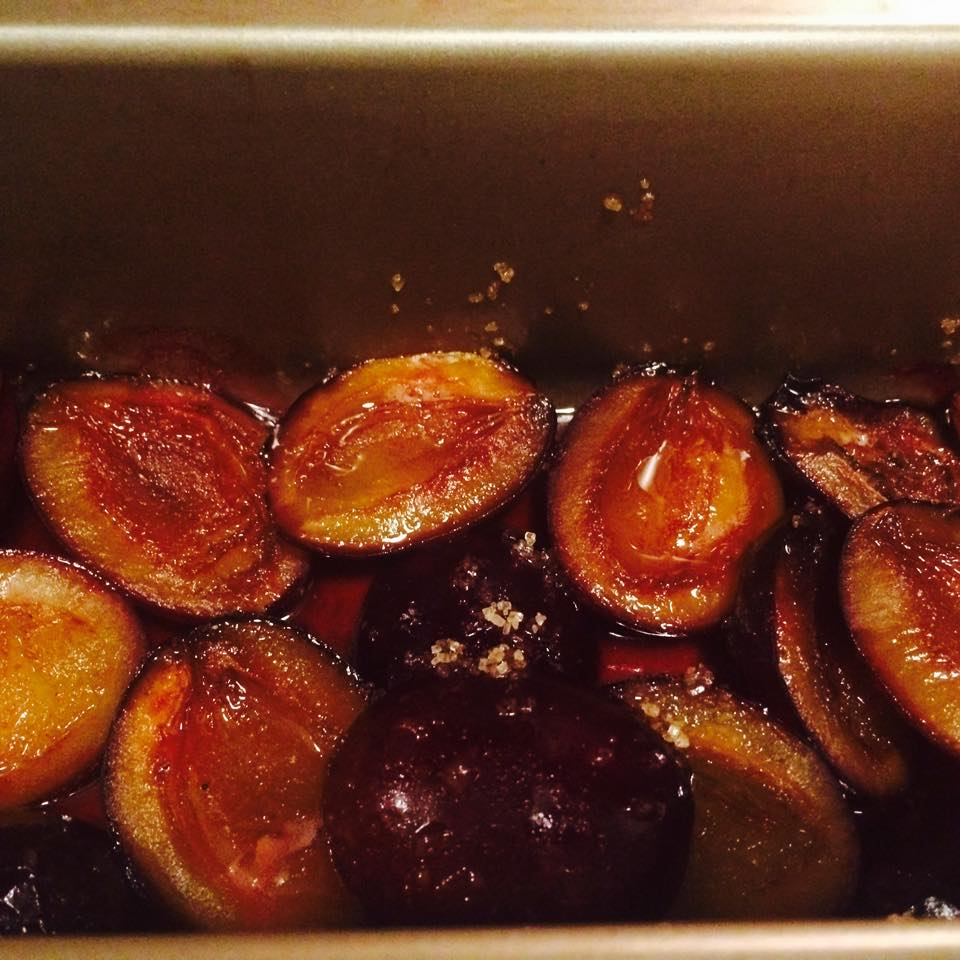 Juicy plums in the oven